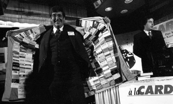 Photo of این آقا کلکسیون کارت اعتباری دارد!