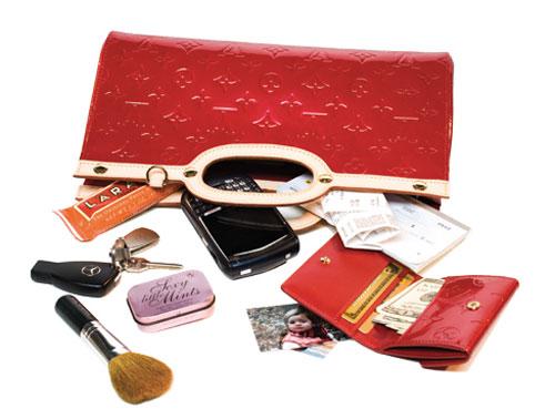 تصویر از وسیلههایی که هر خانمی باید در کیفش داشته باشد