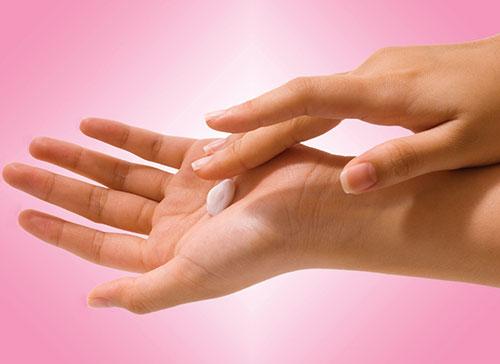 تصویر از چقدر کرم به پوستمان بزنیم؟