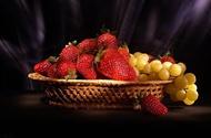 تصویر از کاهش ریسک ابتلا به عفونت با مصرف انگور و توت فرنگی