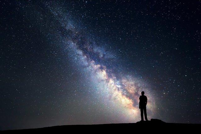 تصویر از حل معمای سیاه بودن آسمان شب