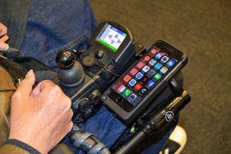 تصویر از کنترل گوشی و رایانه توسط معلولان با پلک زدن و تنفس