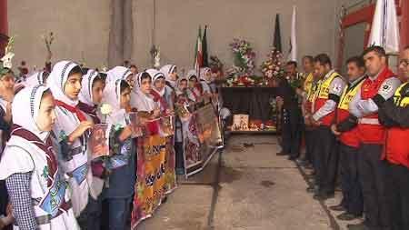 تصویر از دانشآموزان میبدی با خانواده شهدای آتشنشان حادثه پلاسکو همدردی کردند