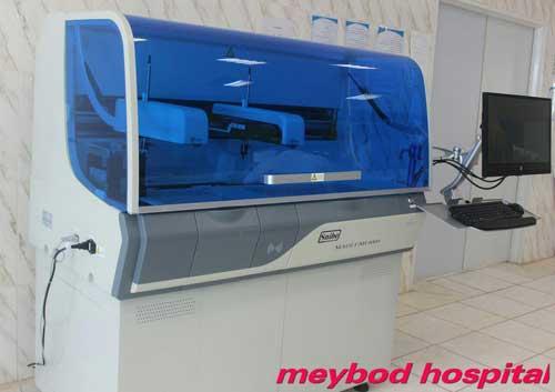 تصویر از راه اندازی دستگاه آنالیزر کمی لومینسانس با قابلیت انجام آزمایش های هورمونی در آزمایشگاه بیمارستان امام جعفر صادق (ع) میبد