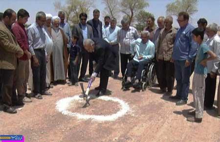 تصویر از کلنگ سالن ورزشی شهدا حجتآباد به زمین زده شد