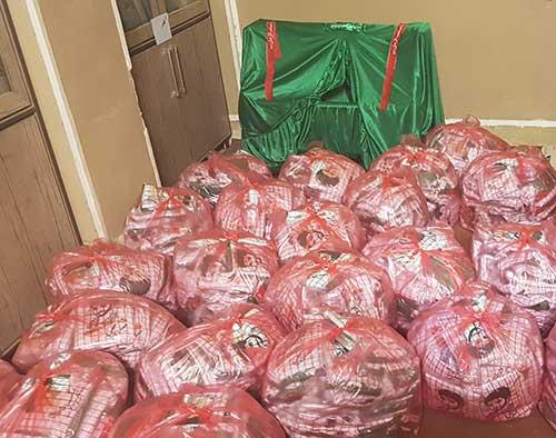 تصویر از آماده سازی و بسته بندی لباس حضرت علی اصغر(ع) در شهرستان میبد