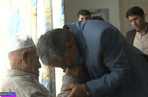 تصویر از بوسه مسئولان بر دستان پدران شهیدان محسنی فر و ذوالفقاری
