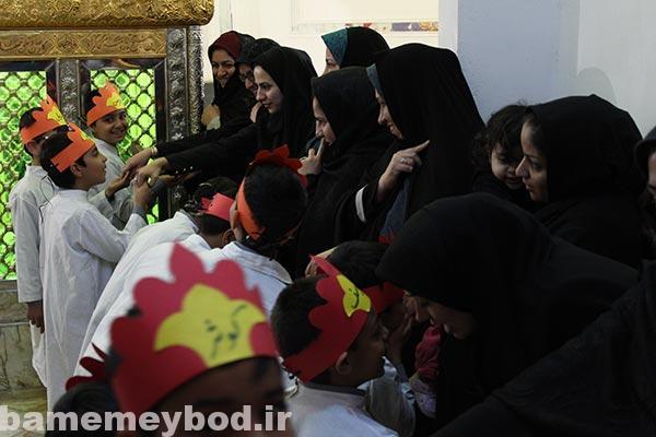 Photo of بوسه دانش آموزان دبستان پسرانه یاسین میبد بر دستان مادران به پاس قدر دانی از آنها