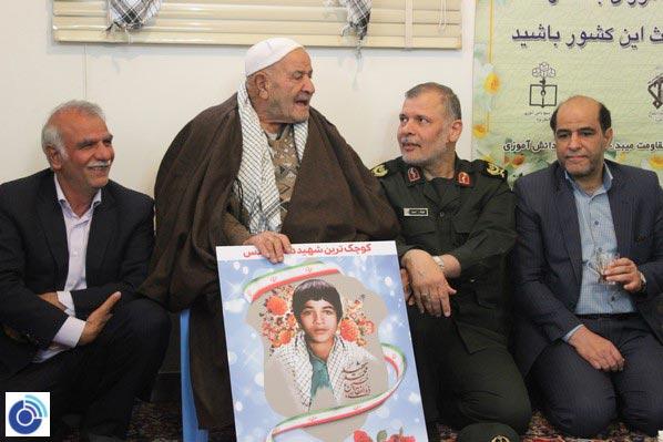 تصویر از دیدار جمعی از مسئولان استان یزد و شهر میبد با خانوادههای شهیدان ذوالفقاری و دهقانی