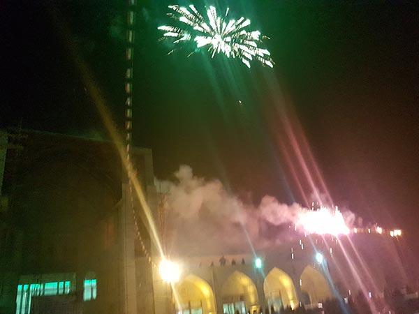 تصویر از آسمان میبد در شب پیروزی انقلاب اسلامی ایران نور افشانی شد