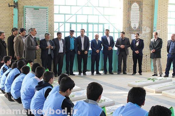 تصویر از ادای احترام به مقام شهدا در اولین روز دهه فجر در شهرستان میبد