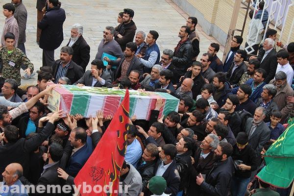 Photo of شهید گمنام ۱۸ ساله بر روی دستان مردم شهید پرور شهرستان میبد تشییع شد