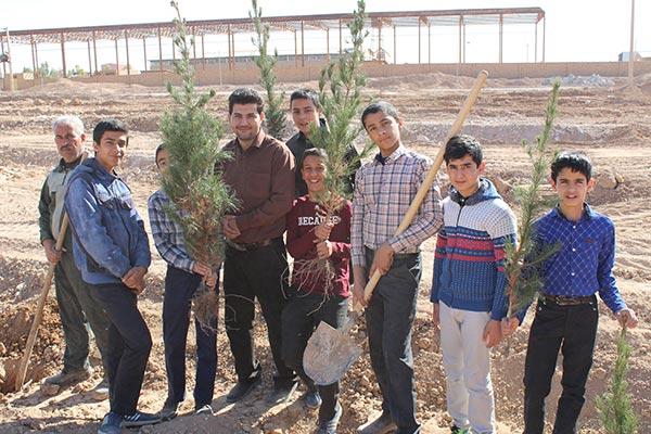 Photo of تصاویری از برگزاری مراسم روز درختکاری در شهرستان میبد / مشارکت دانش آموزان میبدی در کاشت نهال در روز درختکاری
