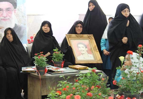تصویر از دانش آموزان دبستان قرآنی مهر ایران زمین میبد روز شهدا را گرامی داشتند