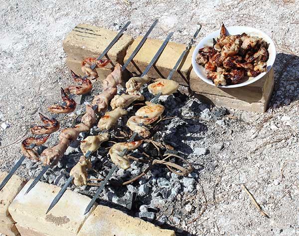 تصویر از گذراندن یک روز بدون کتاب و همراه با ارائه توانمندیهای دانش آموزان دبیرستان خدیجه کبری میبد در آشپزی و سرو غذا