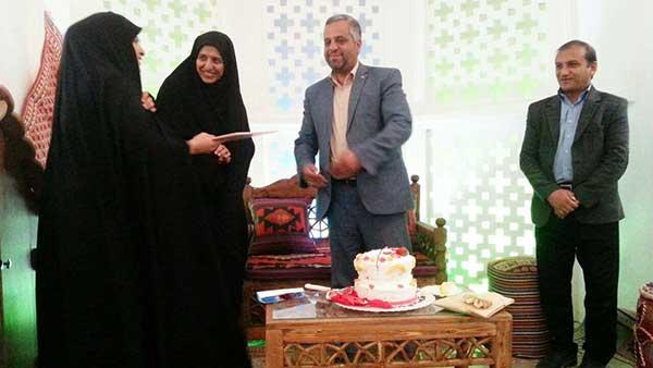 تصویر از افتتاح نمایشگاه و فروشگاه صنایع دستی در نگارخانه اشراق / تقدیر از دو نفر از بانوان فعال فرهنگی در میبد