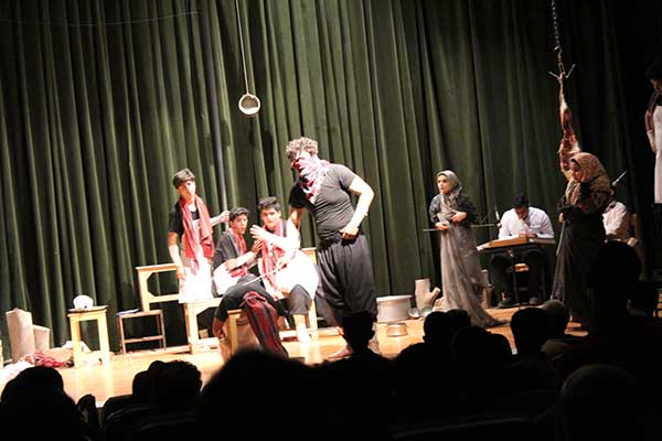 Photo of اجرای نمایش روز شلوغ مطبخ همراه با تقدیر از هنرجویان برگزیده میبدی در مسابقات ایران مجری