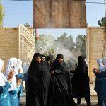 استقبال دانش آموزان دبستان مهر ایران زمین میبد از معلمانشان با در دست داشتن شاخه گلی از مهر