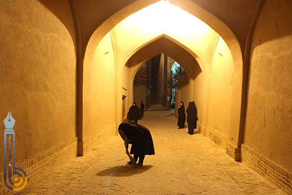 Photo of جارو کردن مسیر عبور عزاداران حسینی توسط زنان میبدی