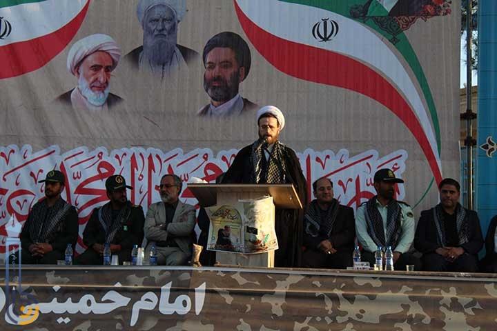 تصویر از حضور مردم در صحنه ها و نشان دهنده عشق به اباعبدالله الحسین (ع) و دلاور مردان جبهه و جنگ می باشد