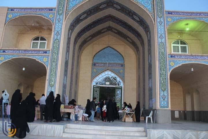 تصویر از جشنواره صنایع دستی بانوان در امامزاده سید صدر الدین قنبر میبد شروع به کار نمود