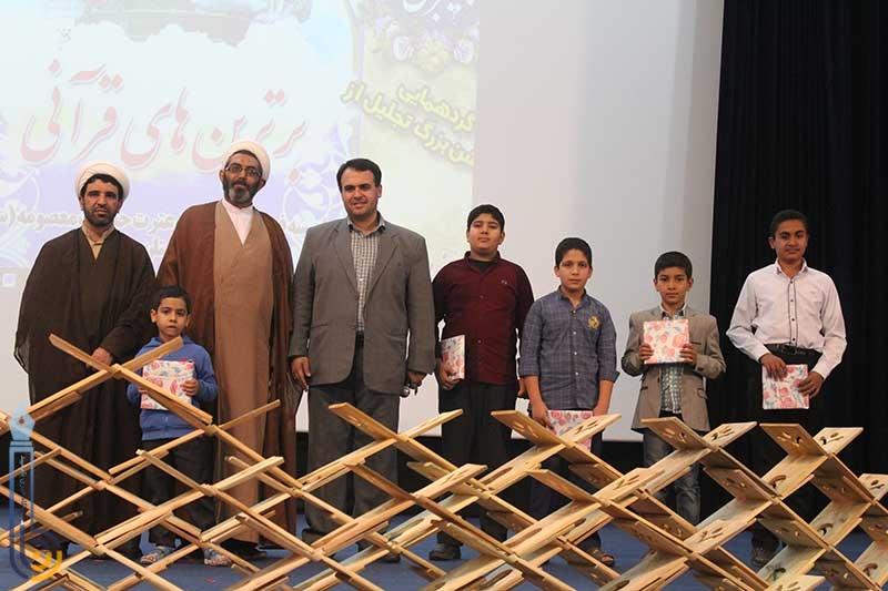 تصویر از برگزیدگان قرآنی در میبد تجلیل شدند