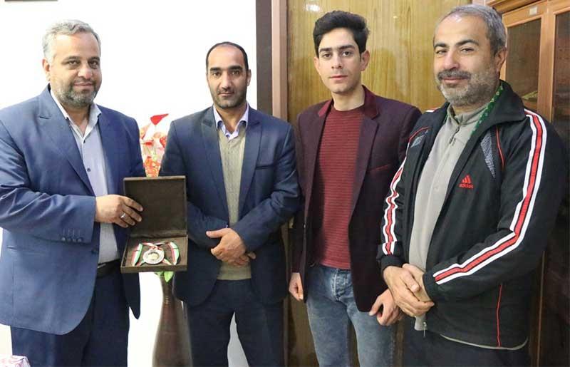 Photo of قهرمان دوچرخهسواری میبدی مدالش را به فرماندارمیبد اهدا کرد