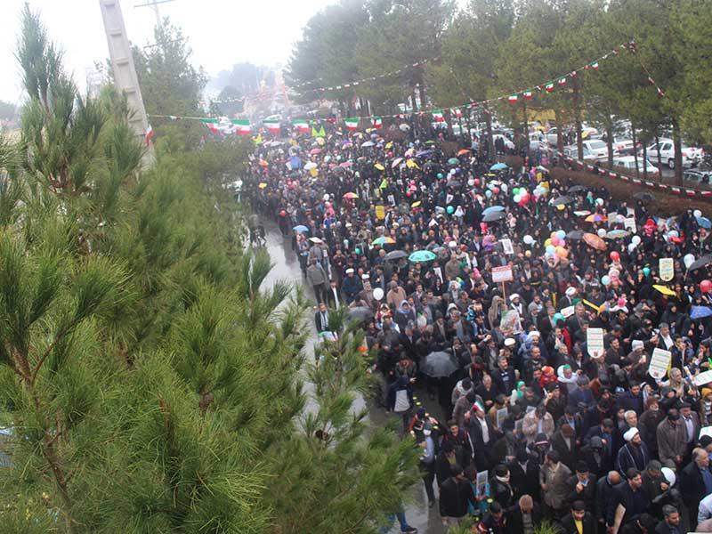 Photo of میبدی ها عظمت حضور خود را در راهپیمایی ۲۲ بهمن نشان دادند