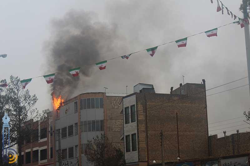 تصویر از آتش سوزی در یک واحد تجاری در میبد مهار شد