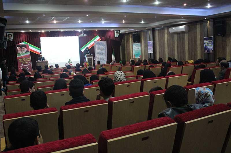 تصویر از شب شعر انقلاب در میبد برگزار شد