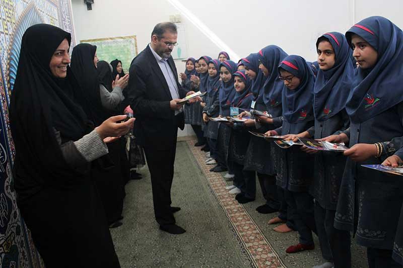 تصویر از شهردار میبد از دختران نوجوان رشته ورزشی پیرامید دلجویی کرد