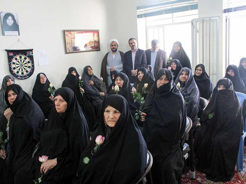 تصویر از شهردار و اعضای شورای شهر میبد مقام مادر را گرامی داشتند