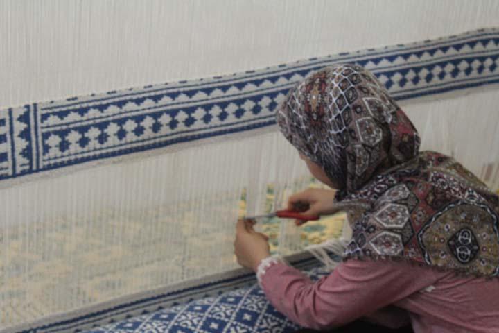 بافت سه عدد زیلوی اهدایی به حرم حضرت علی (ع) در میبد
