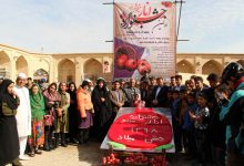 تصویر از کیک بزرگ انار در میبد توزیع شد