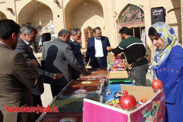 توزیع کیک بزرگ انار در میبد
